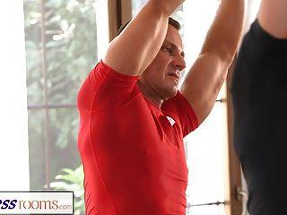 Clivagem suada do fitnessroom em uma sala cheia de bebês de ioga