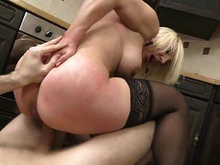 tabu sexo na cozinha com milf e filho