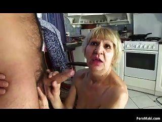 A avó foda com o filho por dinheiro
