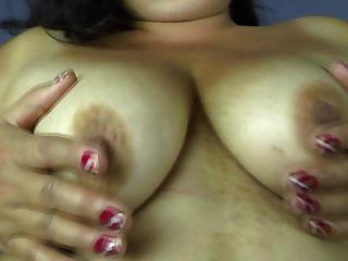 Mãe pequena madura com coxa velha peluda