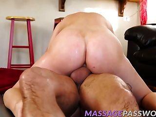 Alaina dawson massagens seu grande galo duro com a boca