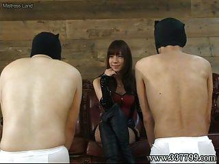 rosto de takakura de femdom femdom sentado e tapa