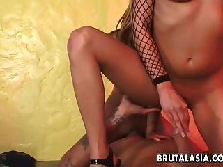 tailandês sugando um galo depois de uma boa merda anal
