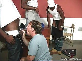 uma professora negra e dois estudantes negros que compartilham um homem branco