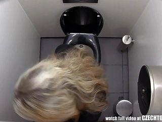 deve observar o que as meninas fazem no banheiro