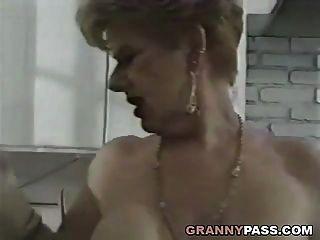 a avó foda o pau jovem na cozinha