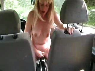 uma esposa sente-se no equipamento de carro dentro