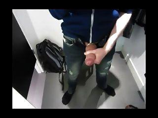 empurrando e cumming no vestiário