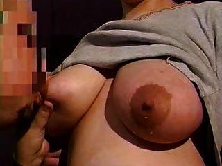 Os grandes mamas em lactação da mãe precisam de alívio 13