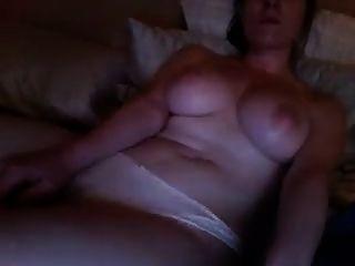 menina quente assistindo pornografia e se masturba