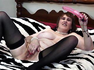 Mãe madura busty natural com gatinho sedento