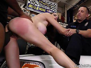 esposa da polícia do cuckold fodida por negros na frente de