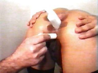 Fistfuck e candels no traseiro da mulher no consultório do médico