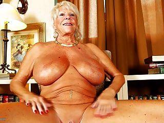 velha avó com mamas enormes e corpo bronzeado