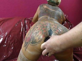 A mulher tatuada que cuspiu toca fora do arsehole.