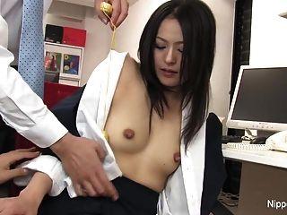 A jovem secretária acalma-se com o bichano