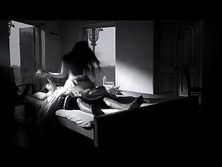 atriz riya sen cena quente em chocolate escuro