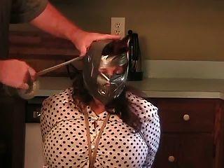 Elane ligado na cozinha (big blindfold).