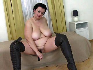 Mãe de tamanho super com mamas grandes e coxa com fome