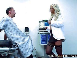 A incrível marca de brooke loura ganhou prazer por seu paciente