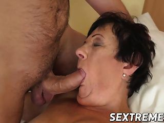 Brunette granny hettie com pequenos peitos ripped by big dick