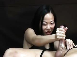 mulher asiática torturando-o pós orgasmo handjob
