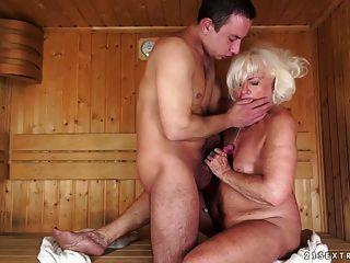 avó fodida na sauna