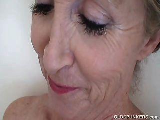 Súper excitante sexy que se sente excitado no banho