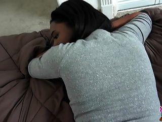 o casal interracial preto e preto faz uma fita sexual