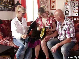ele a encontra com sua velha mãe e pai