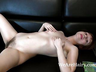 Trixie tira e se masturba no seu sofá preto