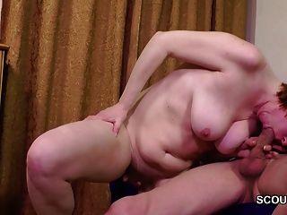 Papai seduz a mãe peluda para fodar sua primeira vez anal