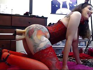 menina tatuada brincando com os dois buracos na webcam