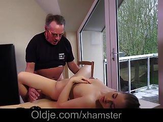 esposa adolescente impressionante pegou o velho marido fodendo como ator pornô