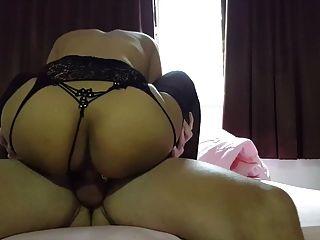 Slut tailandês em meias fodidas e creampied por pau branco