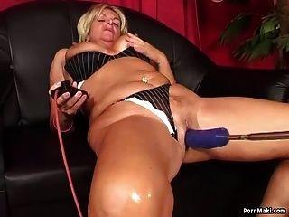 A avó aprecia a maquina de foda anal