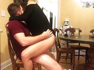 sexy milf monta homem sortudo na cozinha