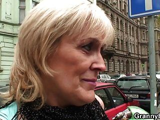 A prostituta de 60 anos monta seu galo jovem