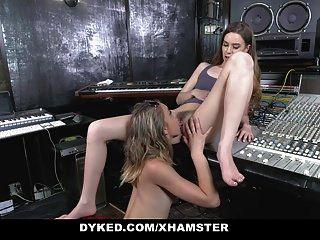 dyked cantor quente seduzido por lésbicas