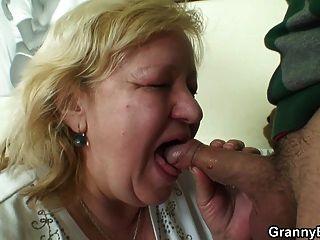 Grande tia de 70 anos, a avó sabe sua carne