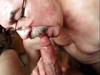 homens idosos brincando com um galo