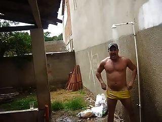tio gostoso no banho