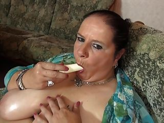 Mãe madura com grandes mamas suculentas e coxa com fome