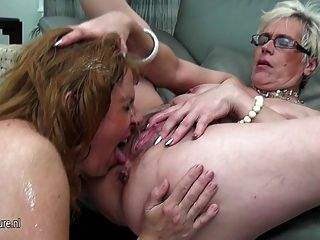 Três lésbicas velhas e jovens miam umas às outras