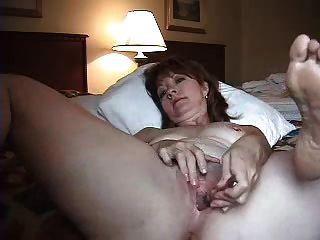 esposa sozinha no quarto do hotel