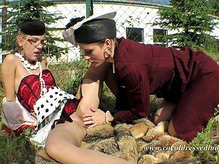 lésbicas totalmente vestidas sexo ao ar livre