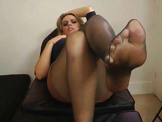 pés de pantyhose pretos após o trabalho
