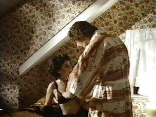 dama excêntrica seduz um cara com bigodes