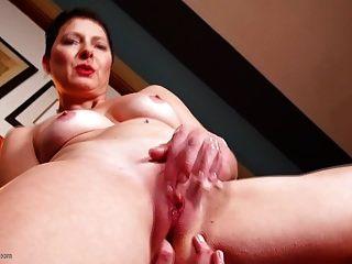 mãe madura bating enquanto assiste pornô