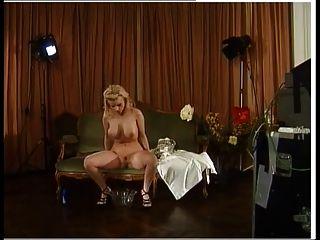 famosa pornstar alemã sexy de trás das cenas mija